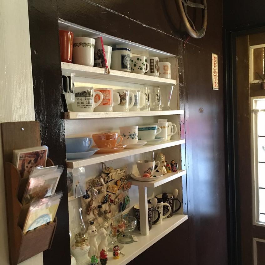 可愛いカップや置物が並ぶ棚