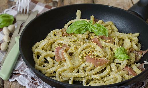 scialatielli freschi con sugo al pesto, pistacchi e speck. ricetta