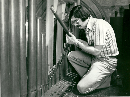 Trevor Tipple behind the scenes on the organ 70s
