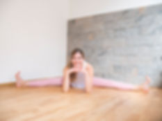 Yogandi - natürlich gesund | Studio für Yoga, Pilates, Meditation in Würzburg Stadtmitte | Anfänger, Fortgeschrittene, Studenten, Schwangere, Senioren | Hatha, Vinyasa, Ashtanga, Jivamukti, Yoga Nidra, Bhakti |