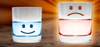 Nem meio cheio, nem meio vazio: um copo com água