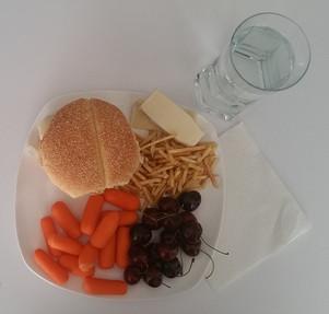 Hamburger maison avec bâtonnets de pommes de terre + cerises et carottes + 1 verre d'eau