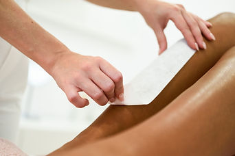femme-avoir-epilation-jambe-application-