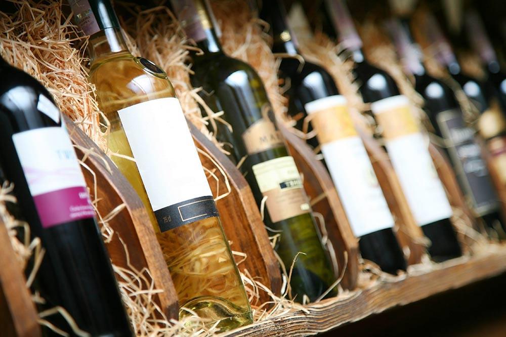 L'etichetta di un vino in uno scaffale