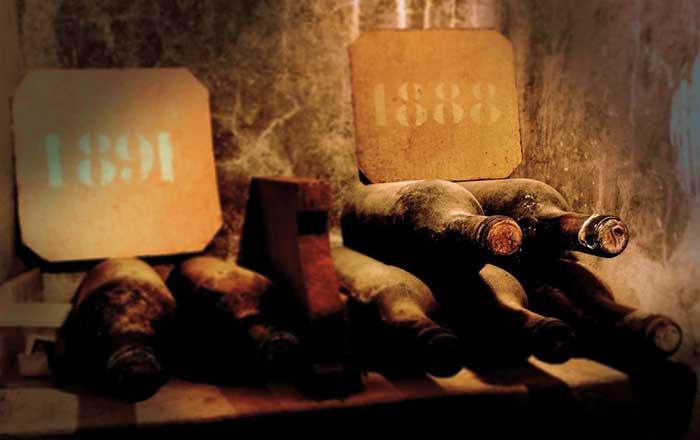 Bottiglie di Brunello che affinano per lungo tempo