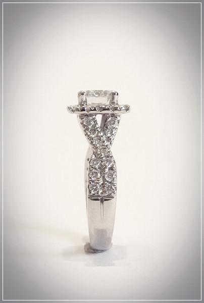 Aurealis Diamond Halo Ring