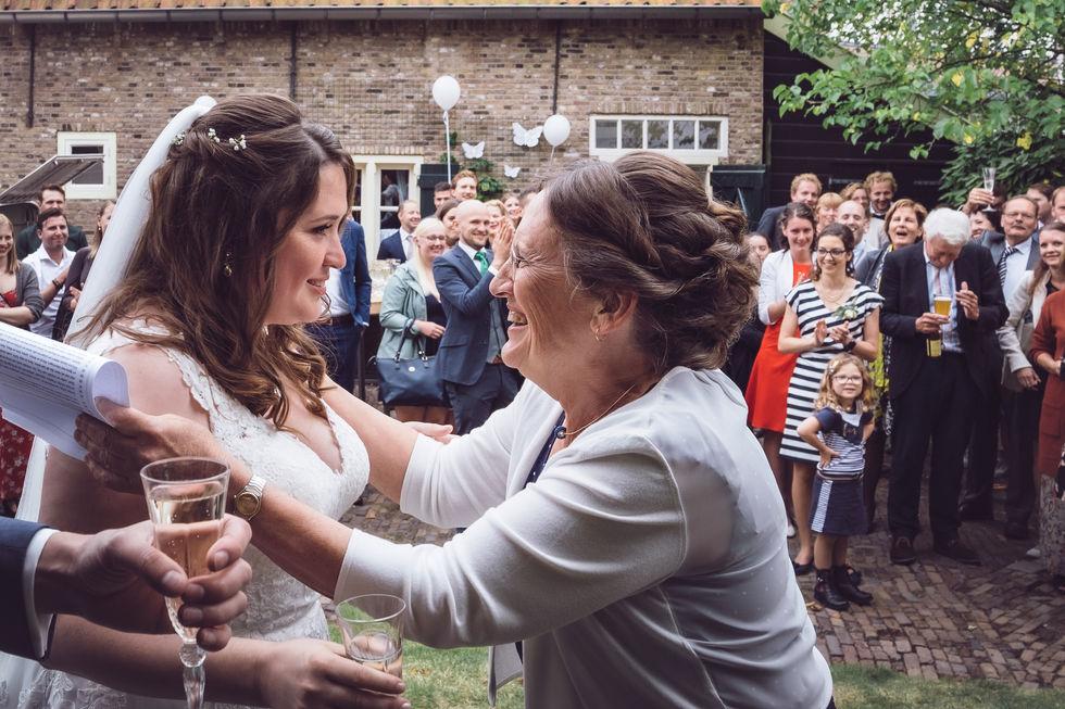 Moeder omarmt bruid om haar te feliciteren @Rotterdam