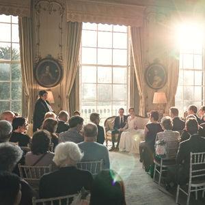 Romantische bruiloft met koppel tijdens de ceremonie in huys ten Donck in Rotterdam en Spijkenisse
