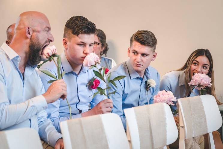 Gasten vermaken zichzelf terwijl ze wachten tot de ceremonie begint @Het Heerenhuys Rotterdam
