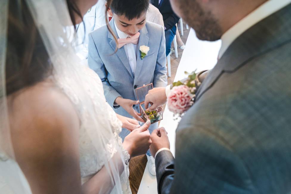 Trouwringen worden gebracht door neefje van bruid @Het Heerenhuys Rotterdam