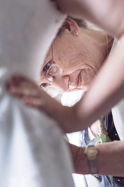 Moeder helpt bruid met trouwjurk aantrekken @Rotterdam