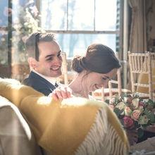 Bruidspaar pakt een moment van rust terwijl ze naar elkaar lachen in Huys ten Donck in Ridderkerk