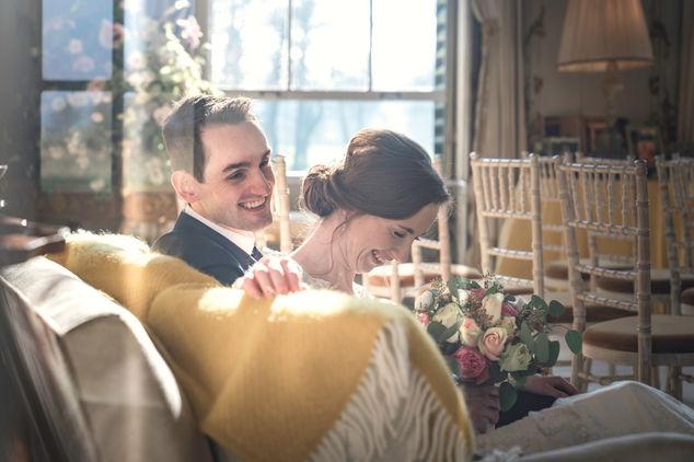 Bruidspaar genieten van moment van rust tussen de ceremonie en feest @Huys ten Donck in Ridderkerk