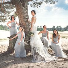 Bruidspaar met bruidsmeisjes in een editorial fotoshoot in de Soesterse Duinen in Utrecht
