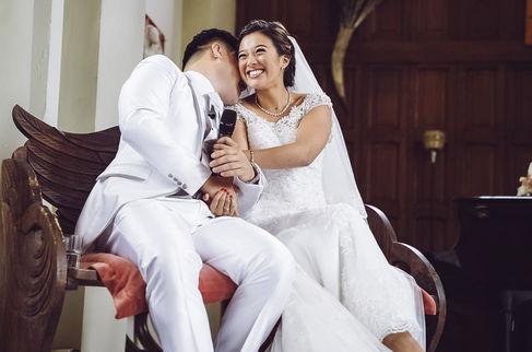 Chinese Bruidegom fluistert in oor van blozende bruid @Delft
