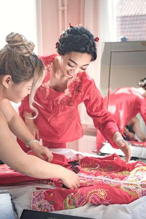 Bruid en bruidsmeisjes maken zich klaar voor de Chinese trouwceremonie @Kasteel Montfoort in Utrecht