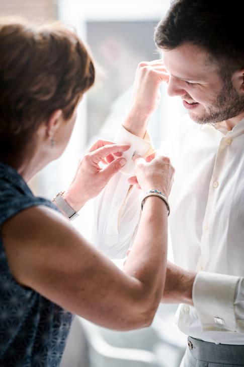Moeder helpt bruidegom met aankleden @Rotterdam