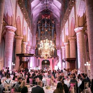 Bruiloft in onze lieve vrouwe kerk in Breda tijdens zonsondergang en diner