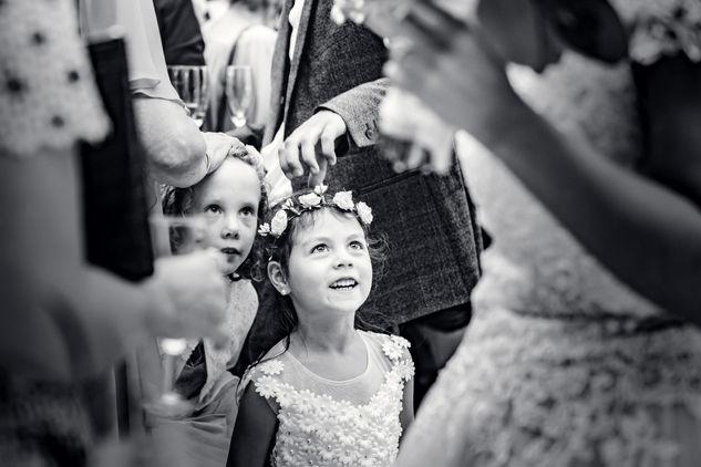 Dochter van gemengd bruidspaar kijkt met ontzag en trots naar ouders in Delft