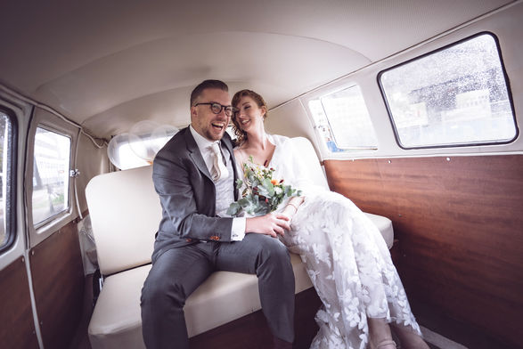 Bruidspaar in vervoering onderweg naar ceremonie