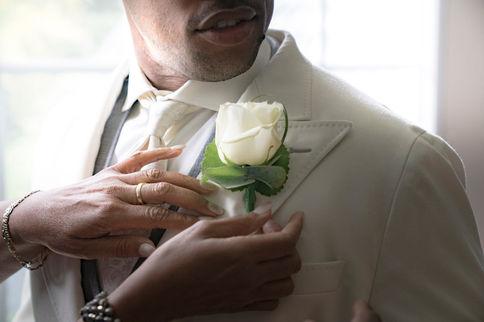 Laatste hand van moeder aan bruidegom voordat de ceremonie begint @Delft