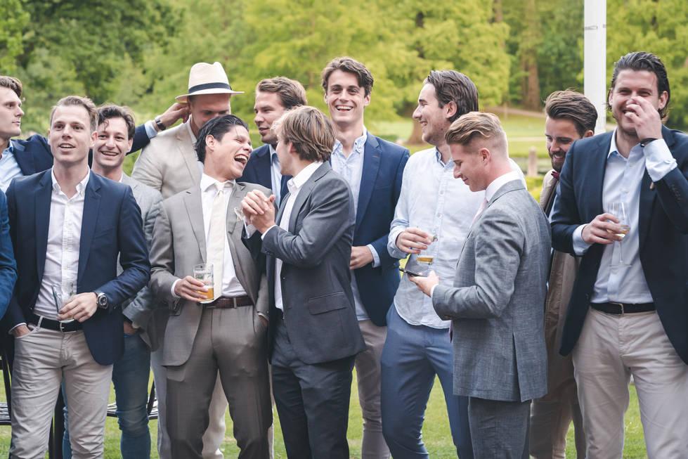 Vrienden van voetbalclub van bruidegom presenteren een kado aan bruidspaar @Het Heerenhuys Rotterdam