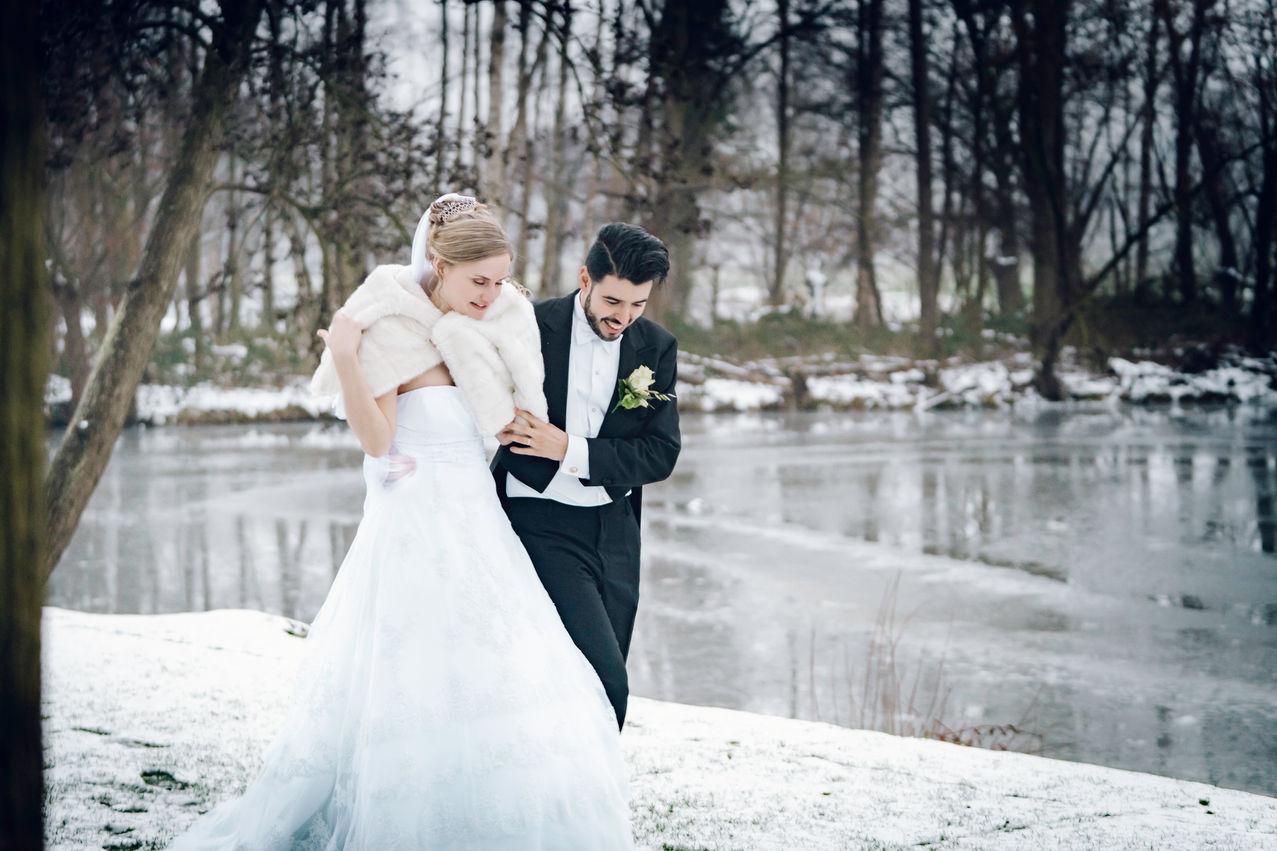 Fotoshoot met bruidspaar in de winter @Kasteel Wijenburg