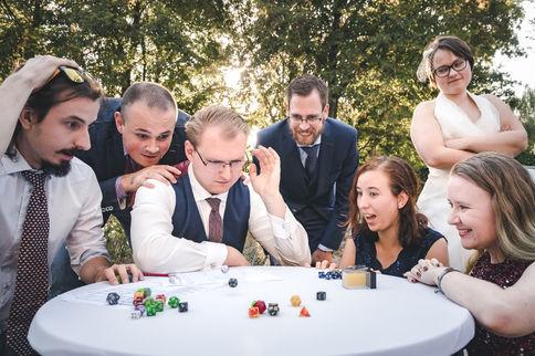 Bruidegom speelt Dungeons & Dragons met vrienden op dag van zijn huwelijk in de tuin van de Oliphant in Rotterdam