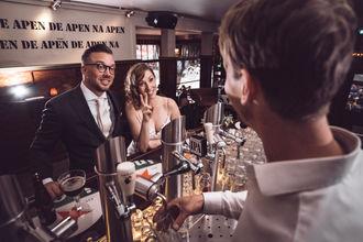 Fotoshoot in de Witte Aap aan de bar waar de koppel elkaar heeft ontmoet