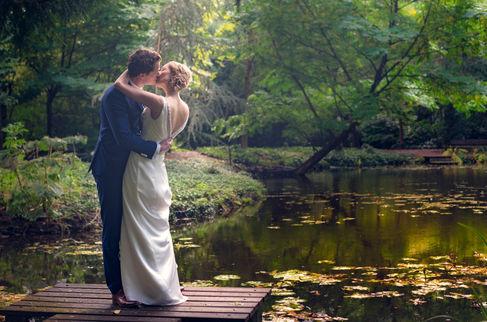 Traditionele en romantische fotoshoot met bruidspaar in park Schoonoord in Rotterdam