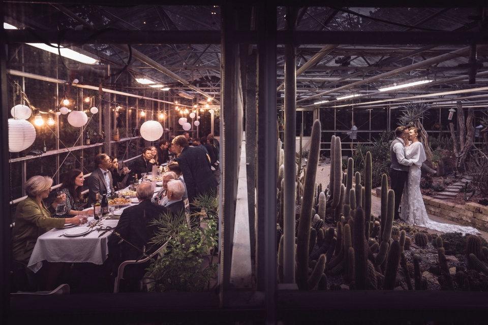 Bruiloft in de avond met romantische fotoshoot bruidspaar in het Arboretum Trompenburg in Rotterdam tijdens diner