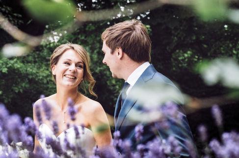 Bruidspaar met alleen oog voor elkaar tijdens fotoshoot @Utrecht