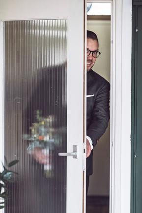 Bruidegom  opent deur voor de first look