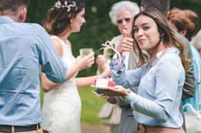Gast op bruiloft wenkt naar de bruidsfotograaf @Het Heerenhuys Rotterdam