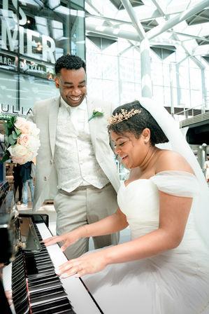 Fotoshoot op locatie waar de Surinaamse bruidspaar elkaar voor het eerst ontmoet hebben @Centraal Station Den Haag