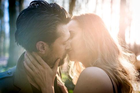 Innig kussende koppel vergeet dat de fotograaf er ook nog is. Loveshoot in de Lage Bergse Bos Rotterdam
