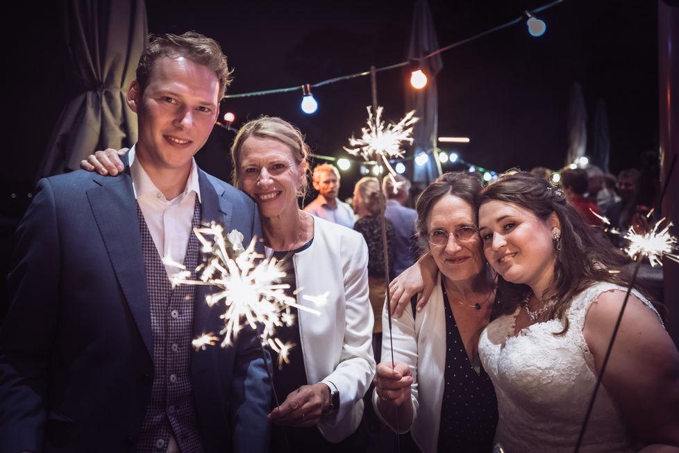Bruidspaar samen met moeders op de foto @ The Boathouse Kralingen in Rotterdam