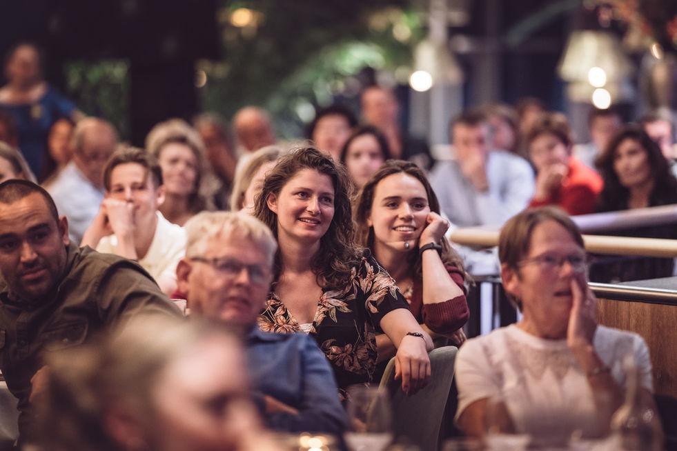 Gasten van bruidspaar amuseren zich met speeches tijdens diner @ The Boathouse Kralingen