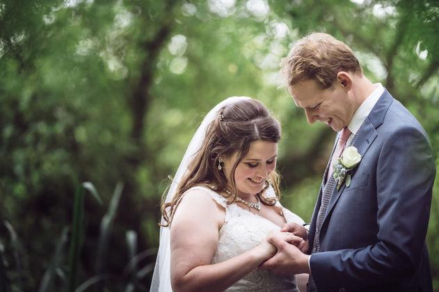 Fotoshoot met Rotterdamse bruidspaar in de Heemtuin aan de Kralingse Plas in Rotterdam