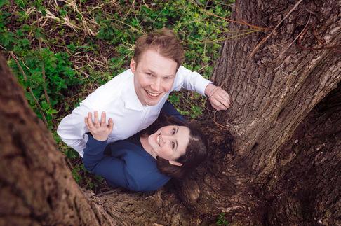 Fotoshoot klimt boom in tijdens loveshoot aan de Bergsche plassen in Kralingen