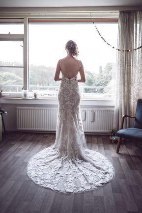 Bruid wacht gespannen op komst van bruidegom