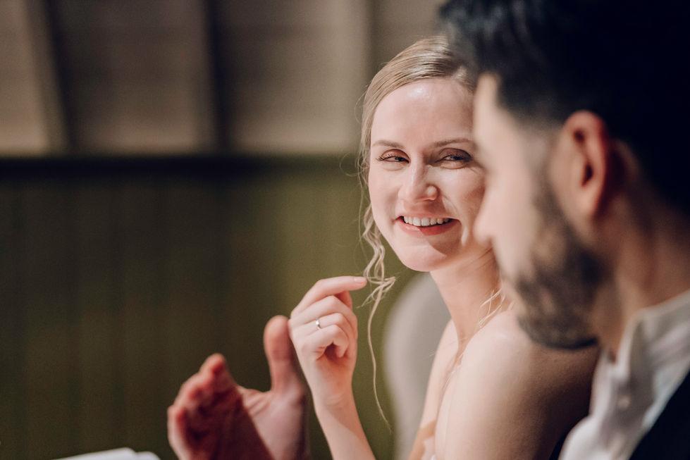Bruid kijkt kersverse echtgenoot verliefd aan @kasteel Wijenburg Utrecht