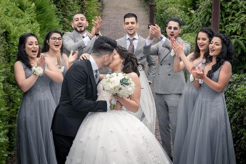 Multiculturele Iraanse bruidspaar kust elkaar ten bijzijn van alle getuigen @Schellingwouderkerk Amsterdam