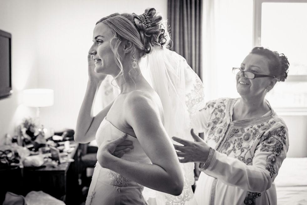 Moeder bruidegom helpt bruid met aankleden @Eindhoven
