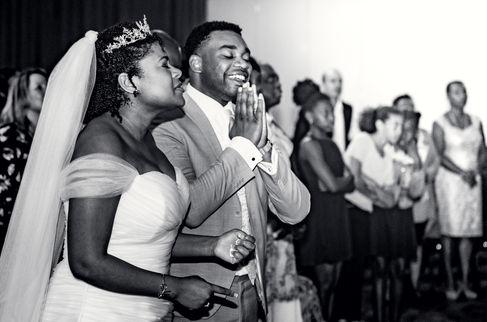 Surinaams bruidspaar wordt gezegend door kerk in Den Haag