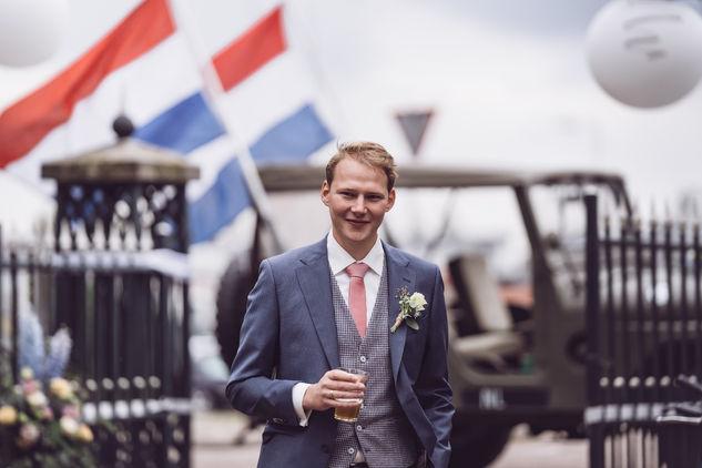 Portretfoto met trotse bruidegom in Overschie in Rotterdam