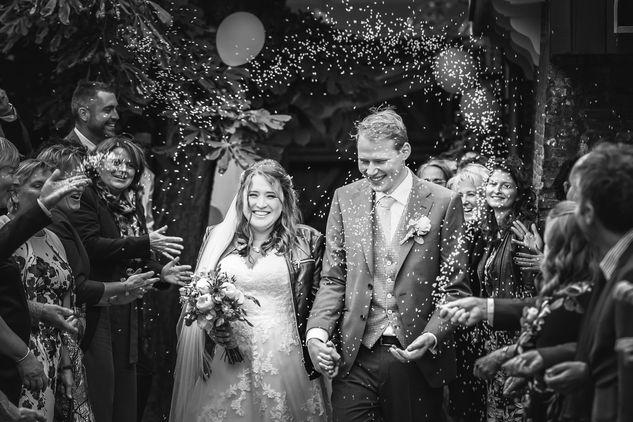 Bruidspaar krijgt de volle lading bbij een haag van rijst nadat ze officieel zijn getrouwd en de trouwceremonie is geweest in Rotterdam