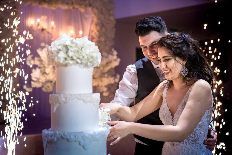 Iraanse Bruidspaar snijdt taart aan in de avond op trouwlocatie Kings Venues in Amsterdam