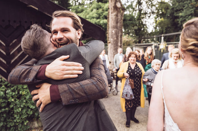 Gasten feliciteren bruidspaar na de ceremonie