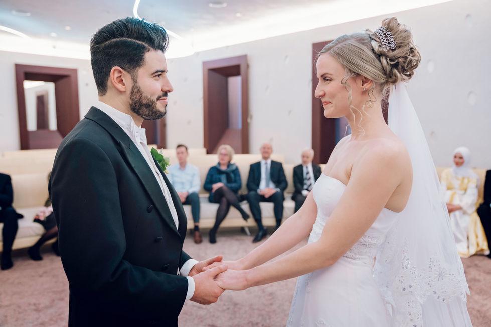 Verliefde blikken van bruidspaar @Eindhoven